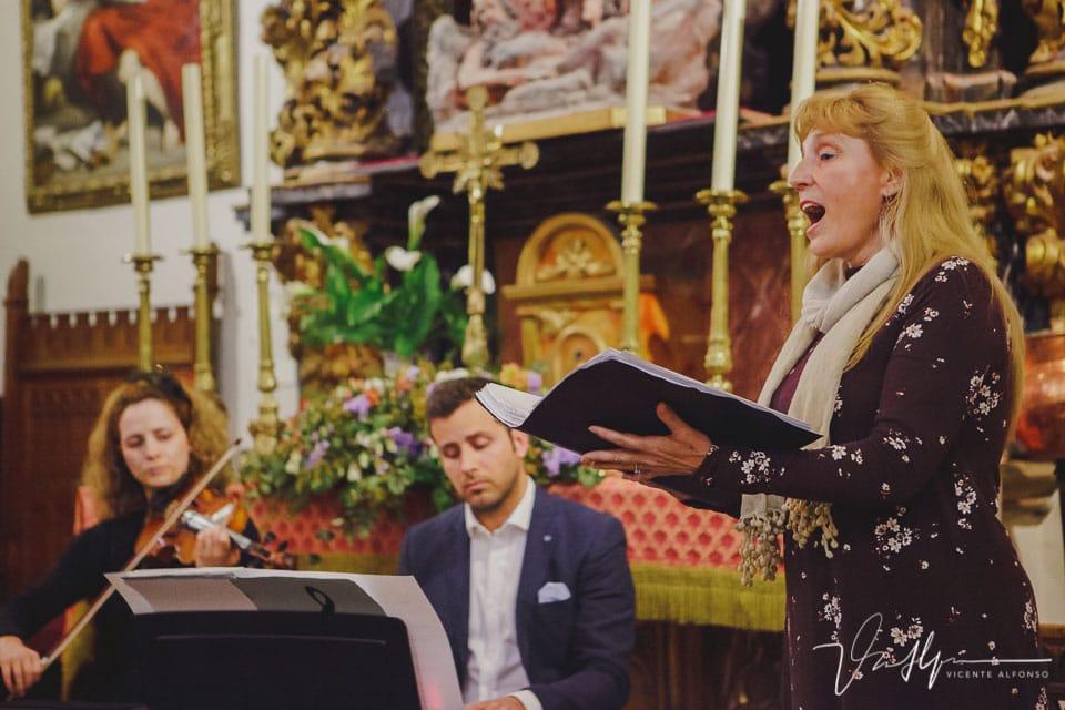 Cantante dentro de la iglesia de San Martín en una boda