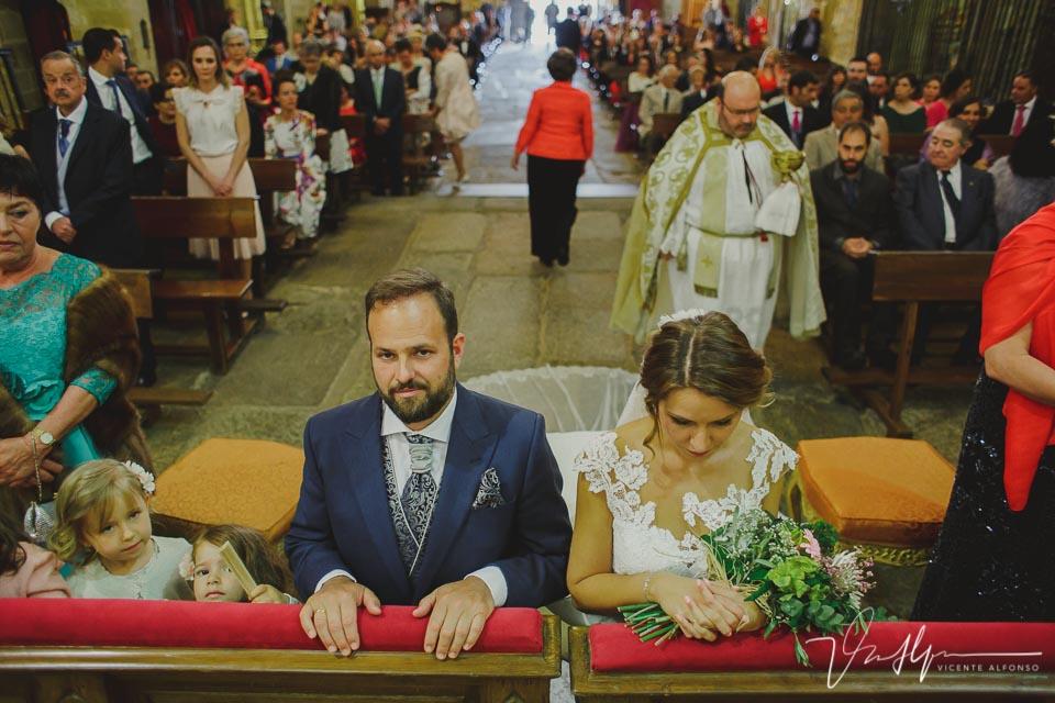 Novios rezando en el altar