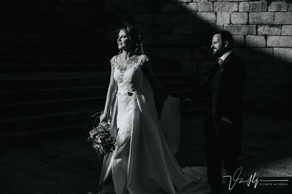Escena en blanco y negro muy contrastada de una pareja de novios