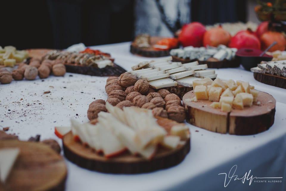 Queso, nueces y diferentes alimentos de un coctel de boda