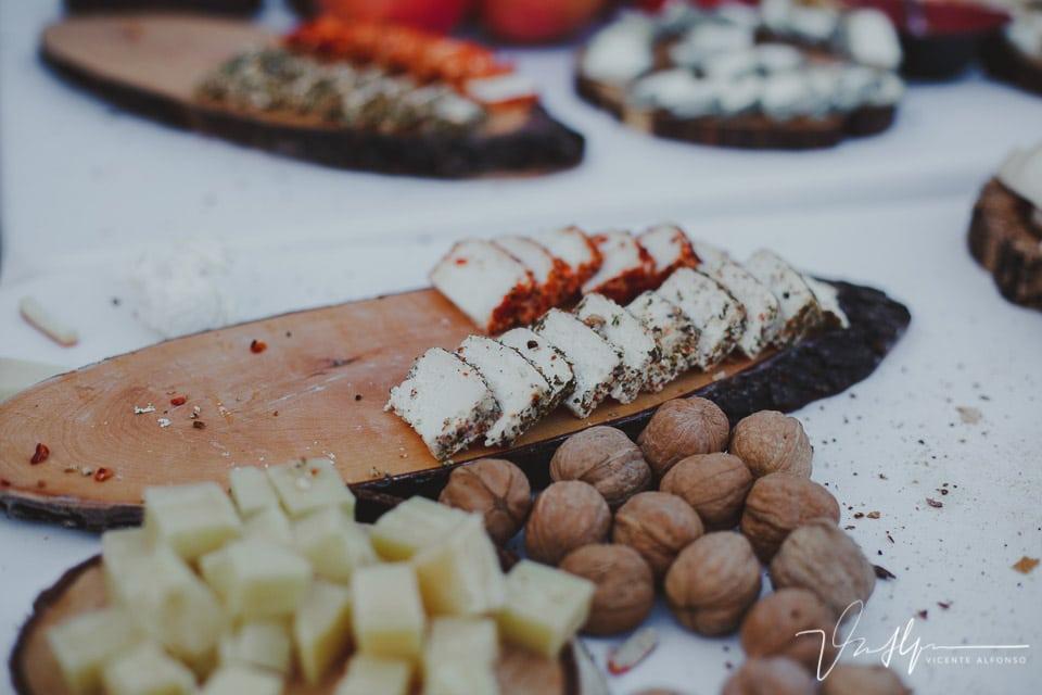 Detalles quesos y nueces en el cóctel de una boda