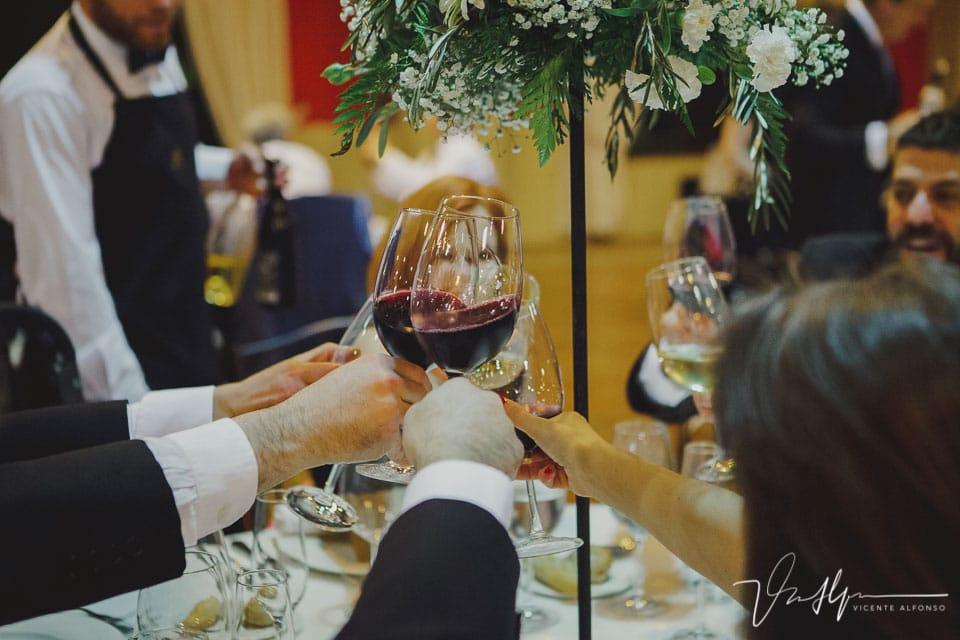 Brindis con copas de vino tinto