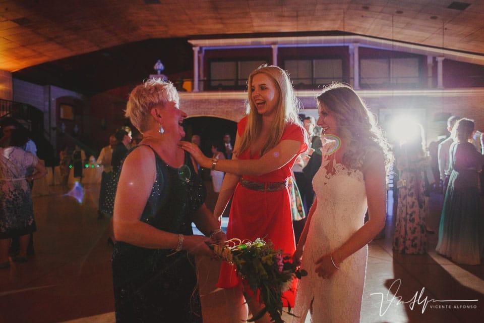 La madre de la novia coge el ramo