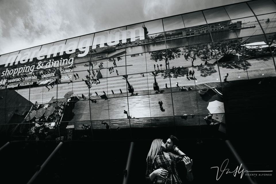 Besos reflejados en el Centro Comercial Maremagnum