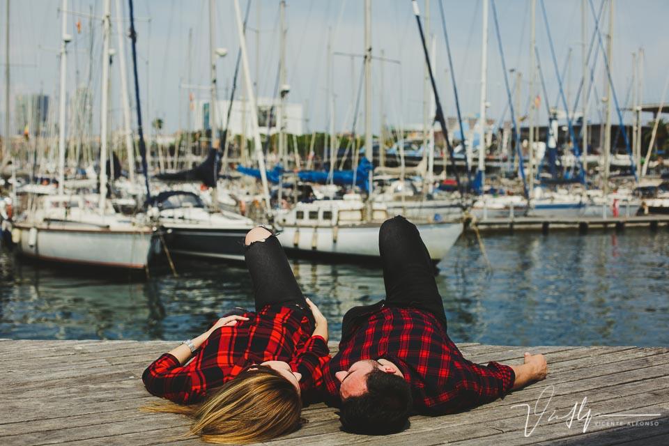 Pareja tumbada en el suelo del puerto deportivo
