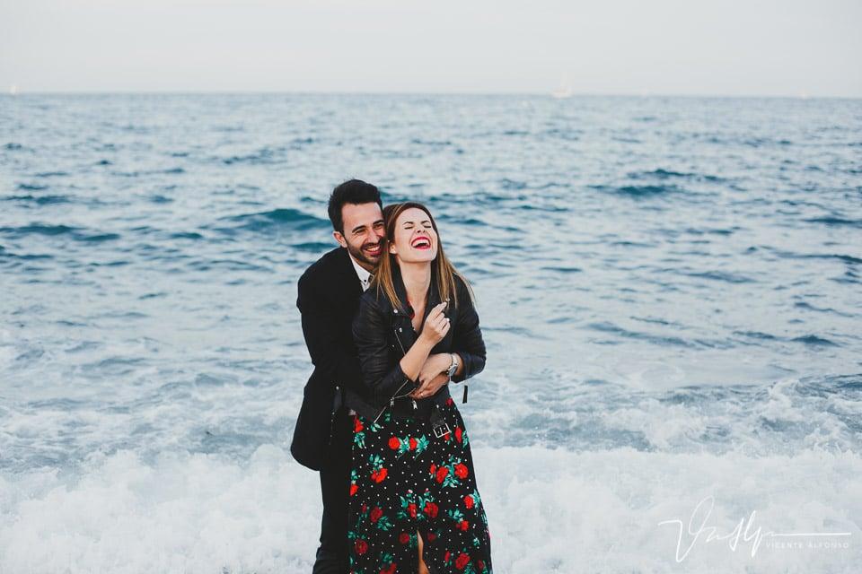 Pareja riendo dentro del agua en la Barceloneta
