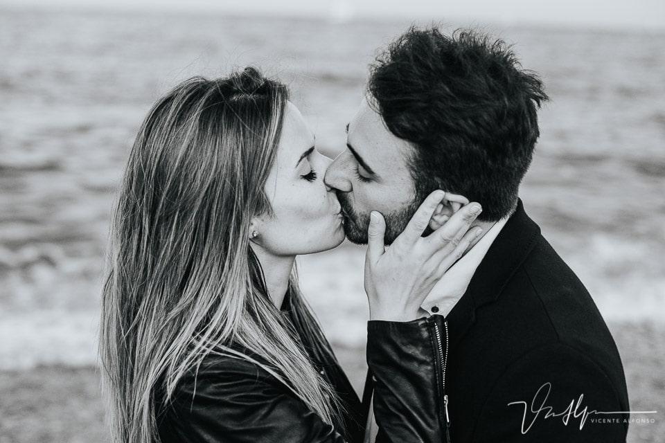 Beso de película en la Barceloneta