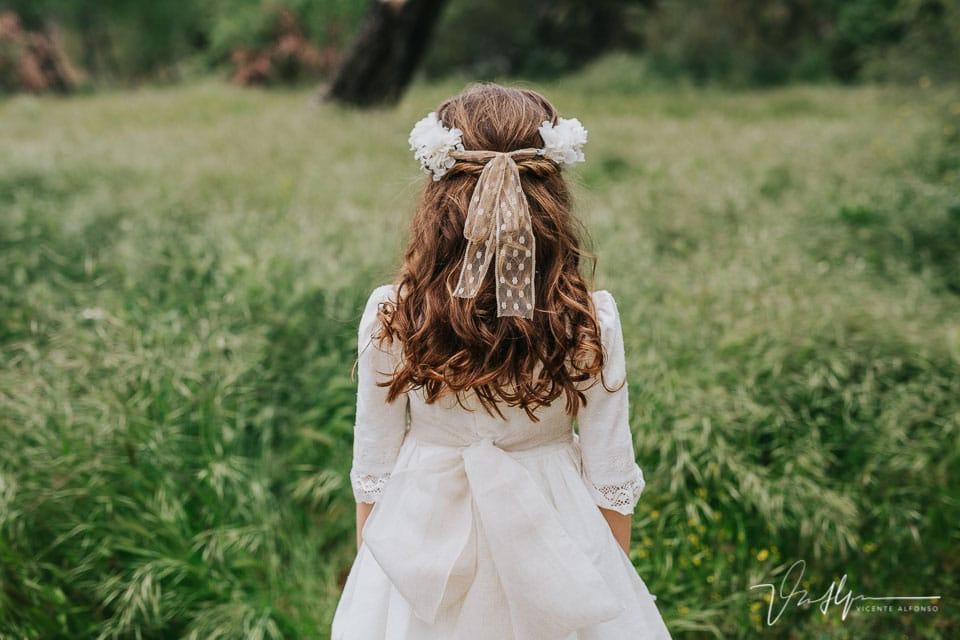 Detalle trasero vestido comuión y tocado en Talavera
