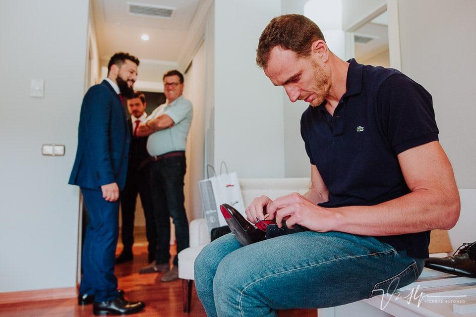 Novio italiano preparando los zapatos