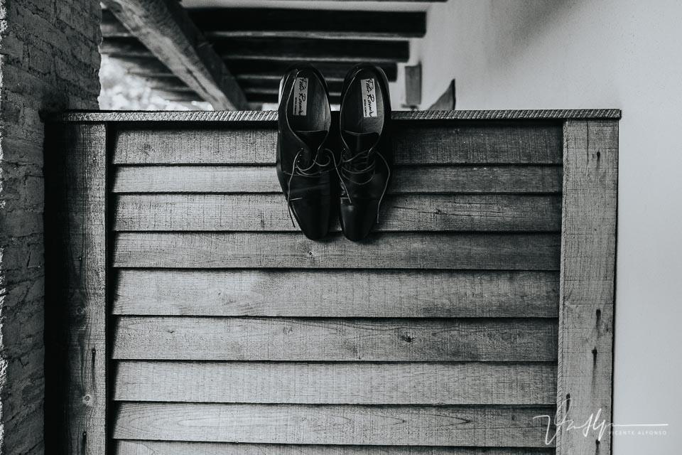 zapatos de Félix Ramiro colgado sobre madera