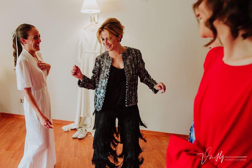 hermana de la novia bailando