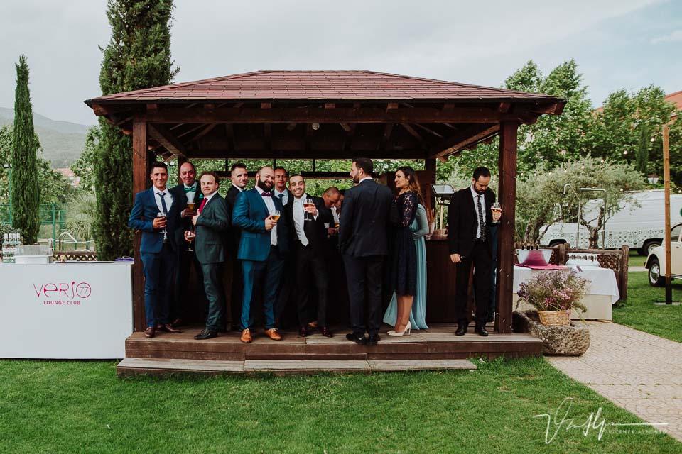 Amigos bebiendo cerveza en la boda