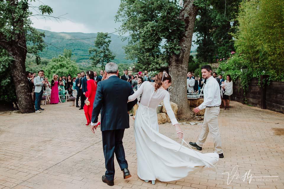 Detalle cola vestido novia llegando a la ceremonia