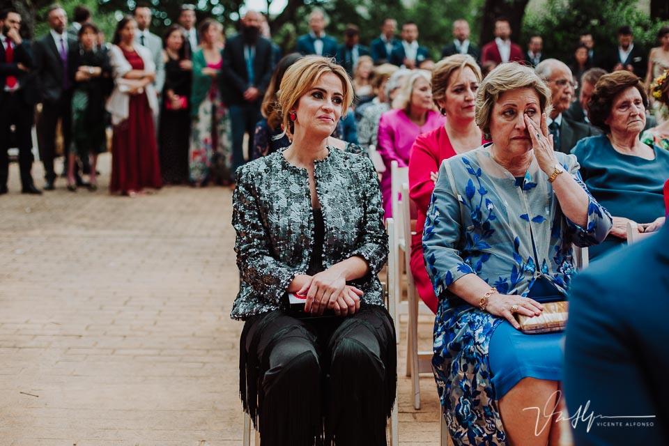 hermana y madre de la novia llorando