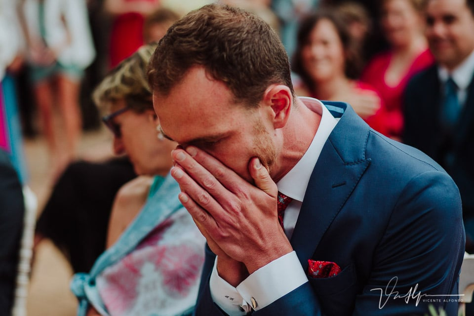 Novio emocionado en la ceremonia