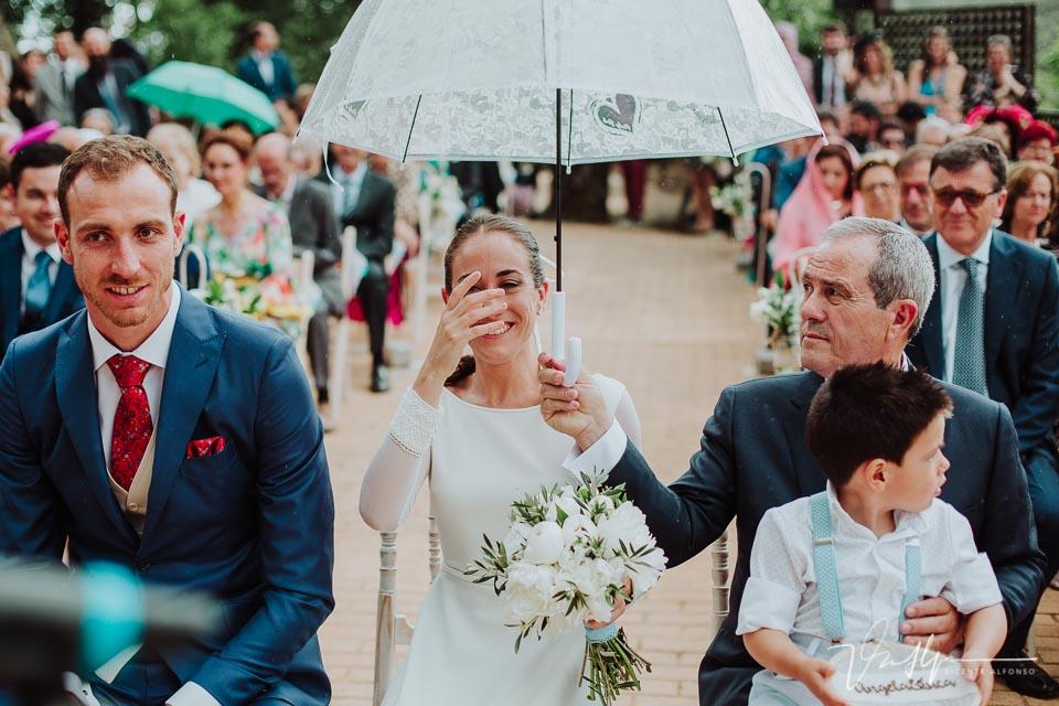 Sacando los paraguas en la ceremonia civil en exteriores