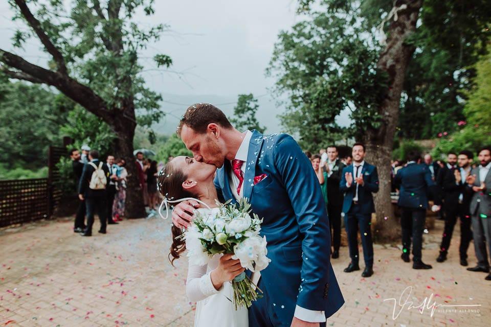 Novios besándose con la fotografía de bodas de Vicente Alfonso