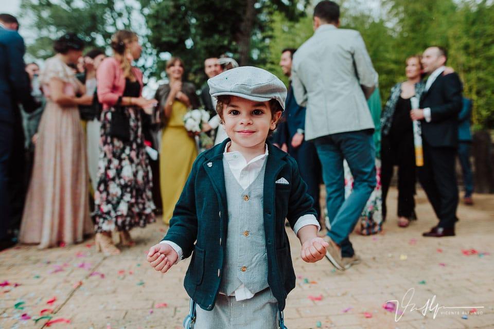 Niño italiano mirando a cámara
