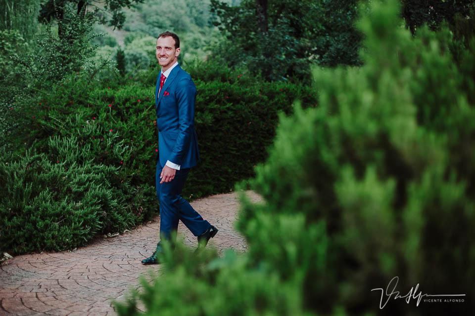 Novio andando y riendo a cámara