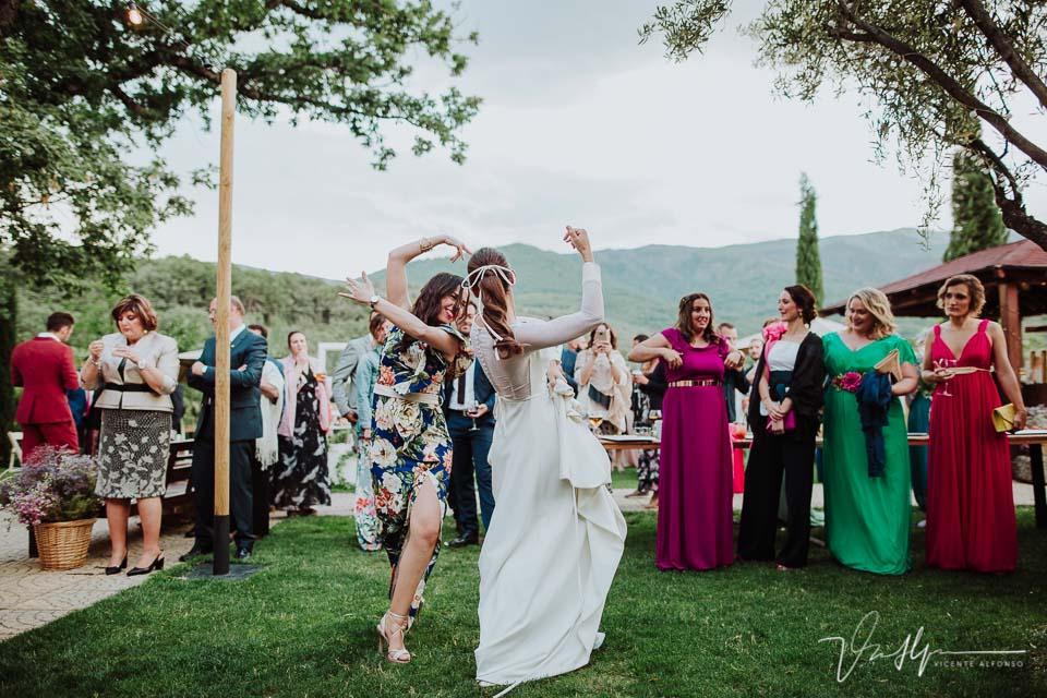 Novia bailando con una amiga italiana en el ruta imperial
