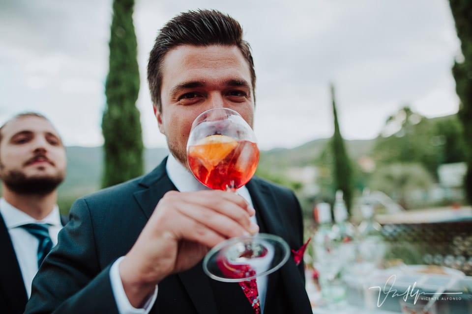 Amigo italiano del novio bebiendo un cóctel