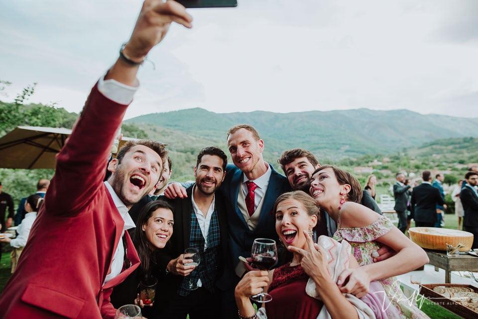 Selfi de los amigos con los novios