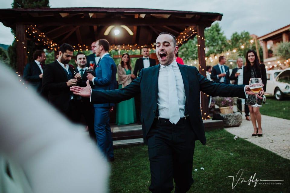 Mejor amigo de a novia bailando y disfrutando
