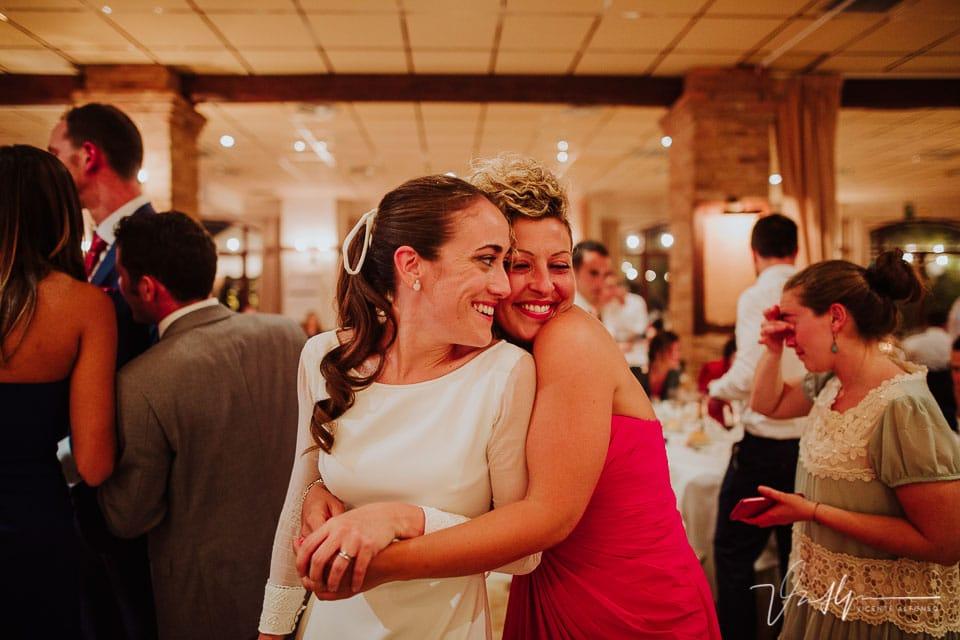 Novia con su mejor amiga italiana en el banquete