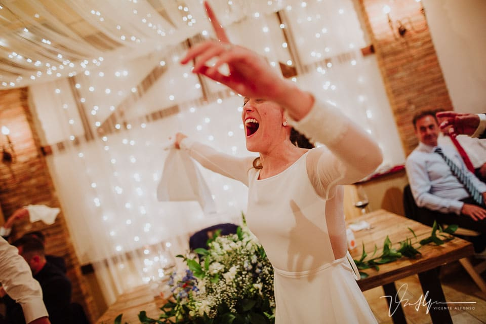 Novia abriendo la fiesta en el banquete
