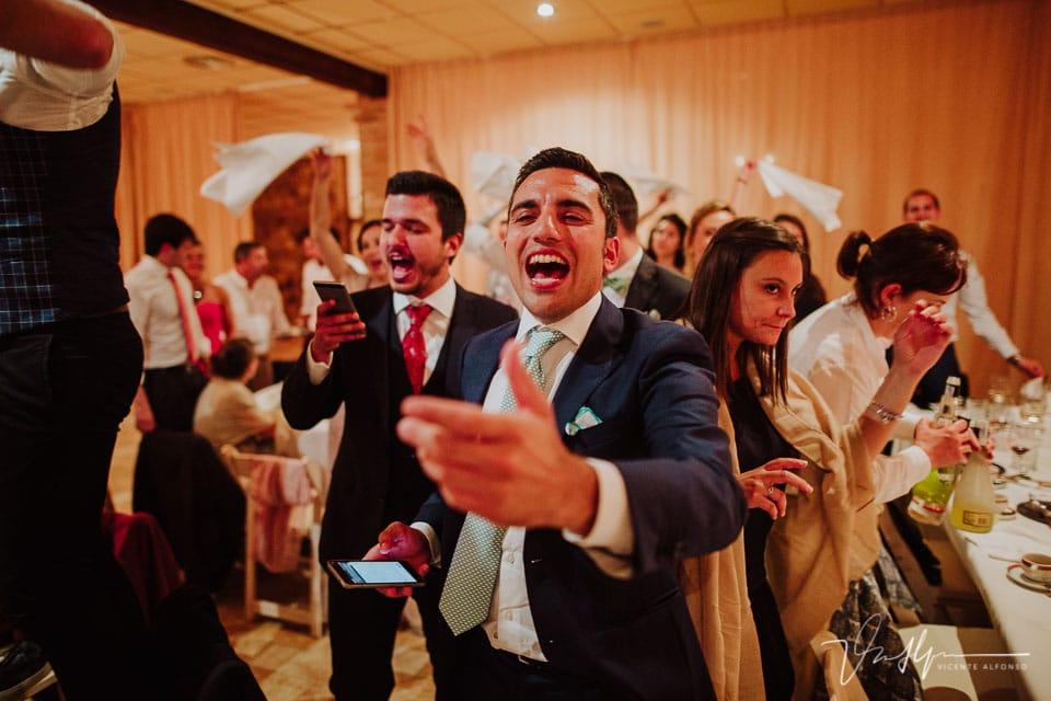Amigo Italiano del novio celebrando en el banquete