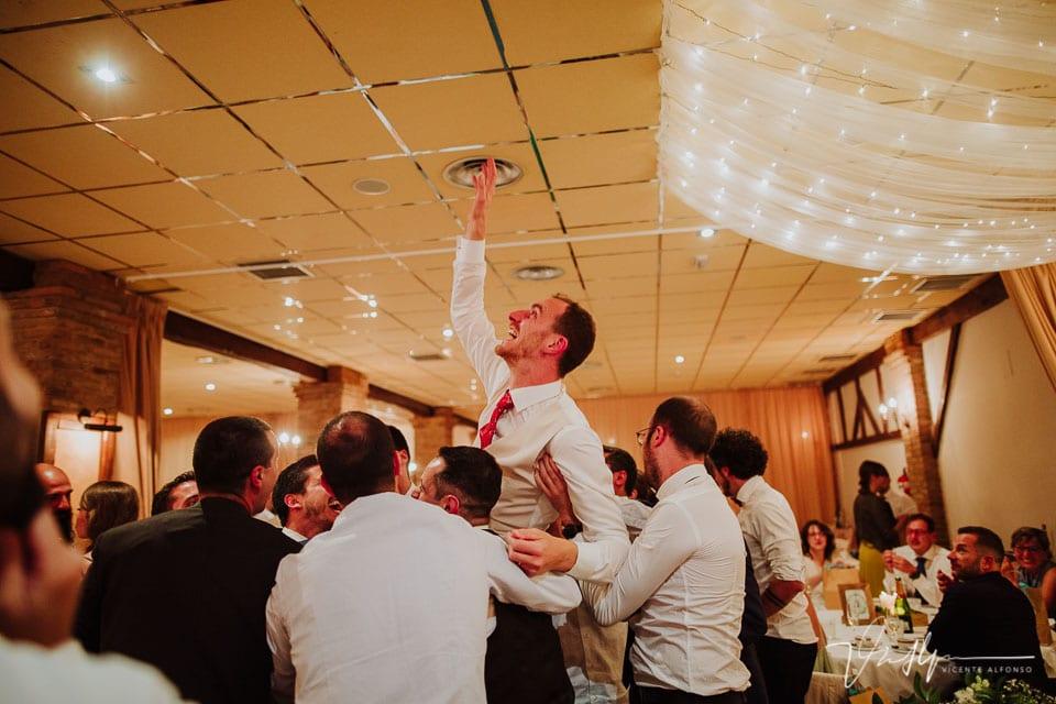 Novio volando al techo