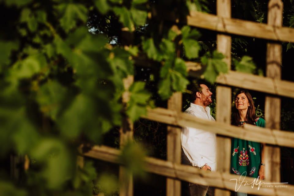 Pareja riéndose a través de las rejas de madera en Madrid