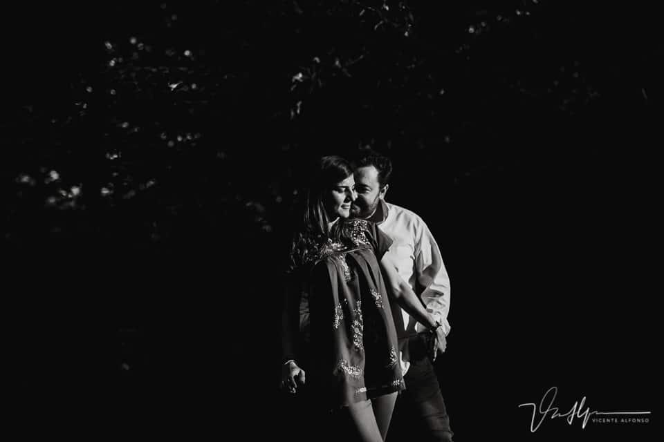 Fotografía en blanco y negro de una pareja en Madrid