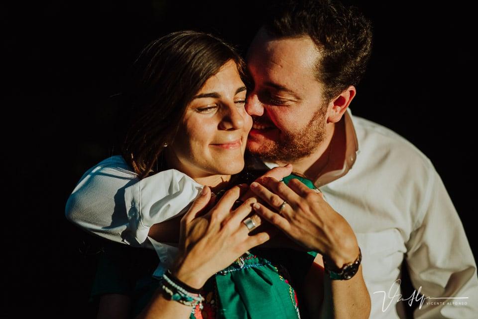 Abrazo de pareja en el parque del Capricho