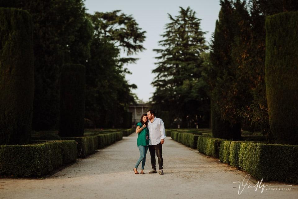 Plano general de una pareja en el parque del Capricho en Madrid
