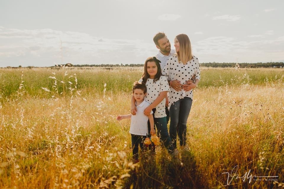Familia en el campo abrazados