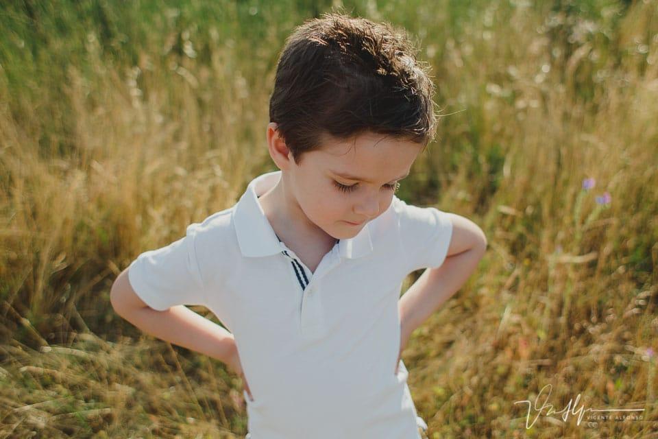 Niño de cuatro años mirando al suelo