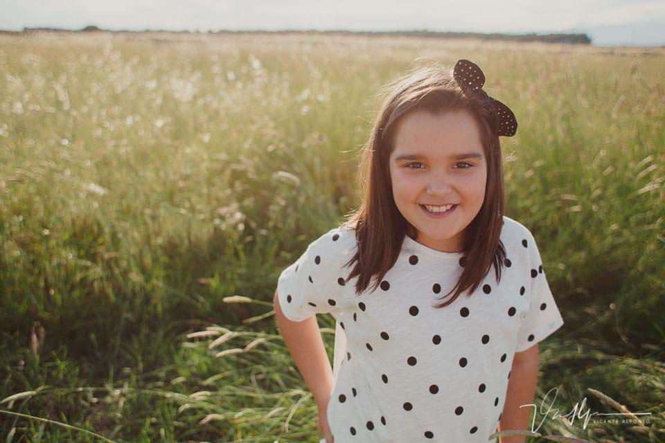 Retrato niña mirando a cámara
