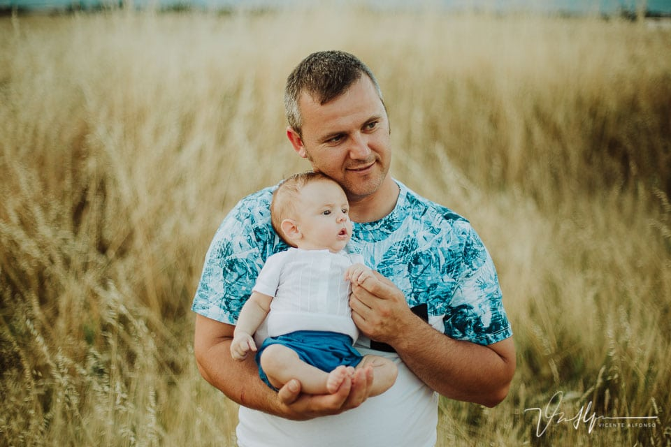 Padre sujetando a su hijo recién nacido