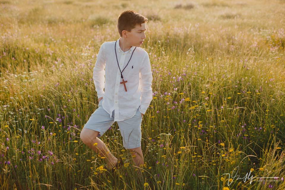 niño de comunión andando y mirando hacia atrás