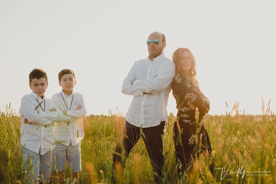 Retrato familiar de comunión en el campo