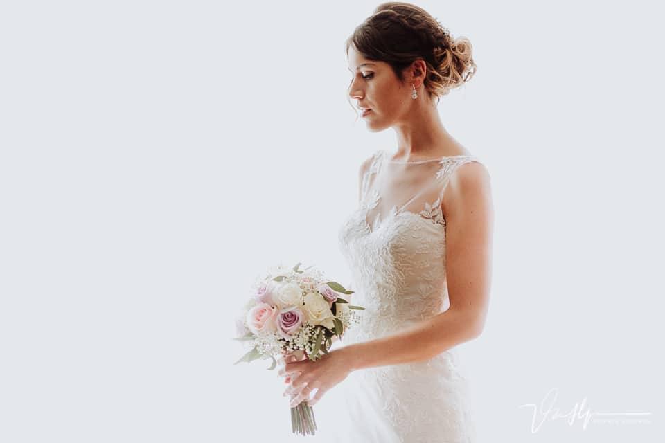 Detalle de belleza a contraluz de la novia