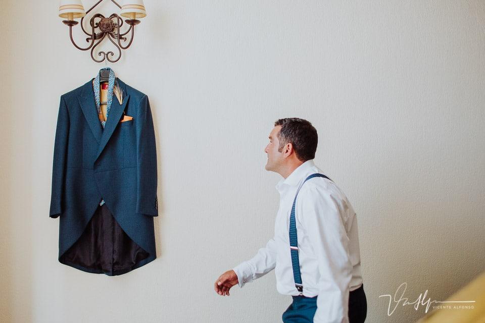 El novio se acerca a coger su chaqueta