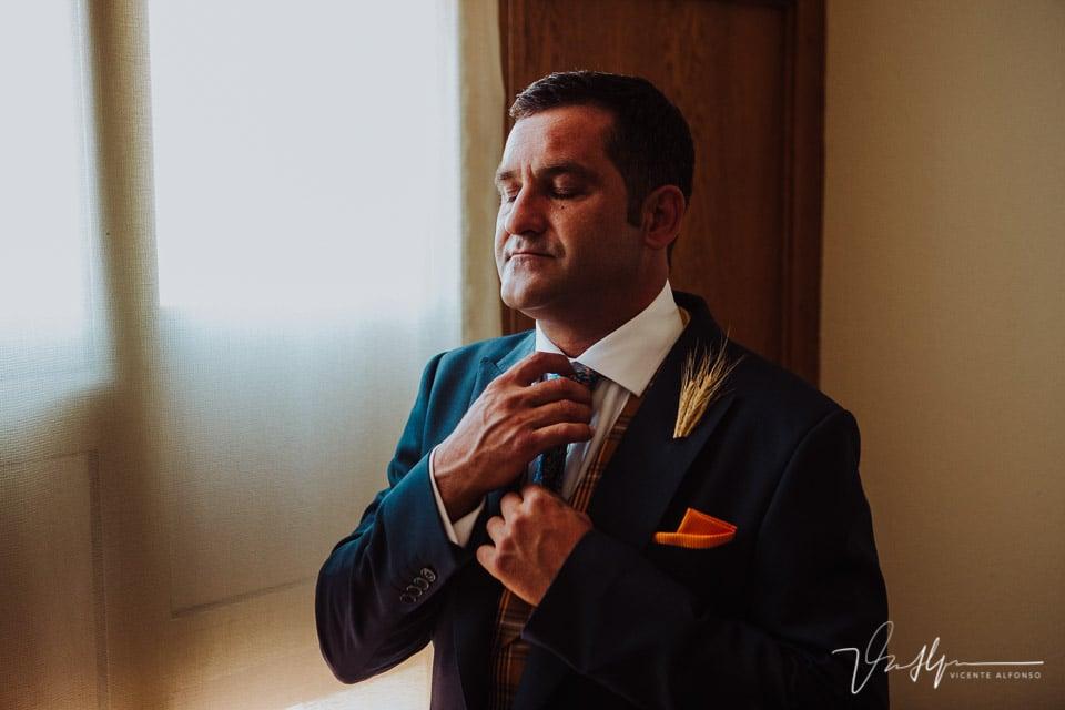 Ajustándose la corbata