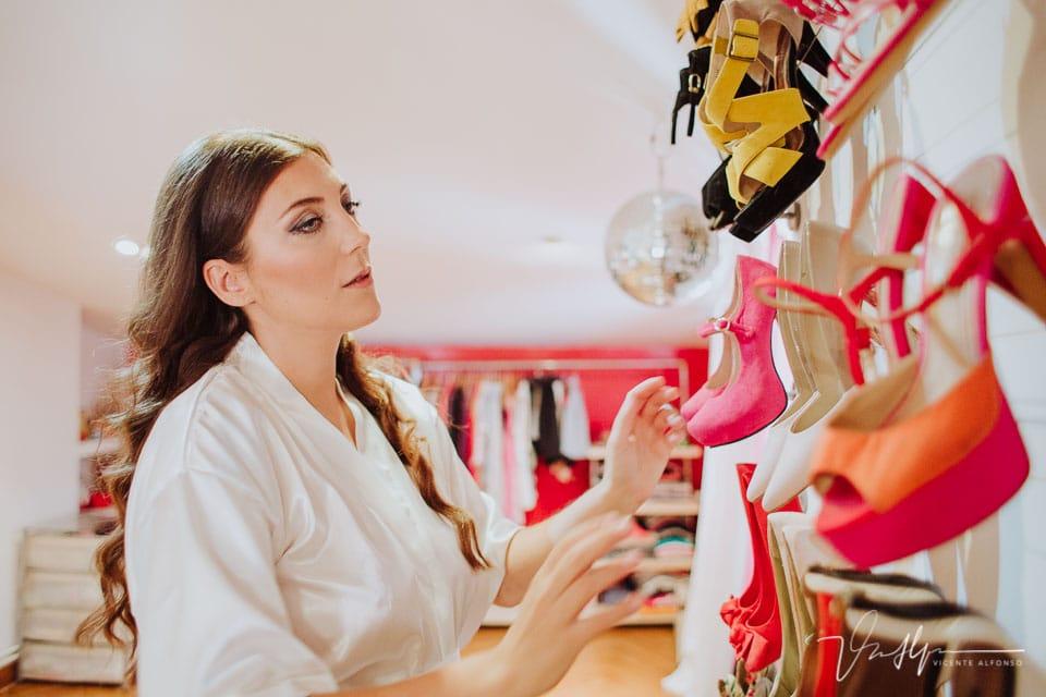 Novia eligiendo los zapatos