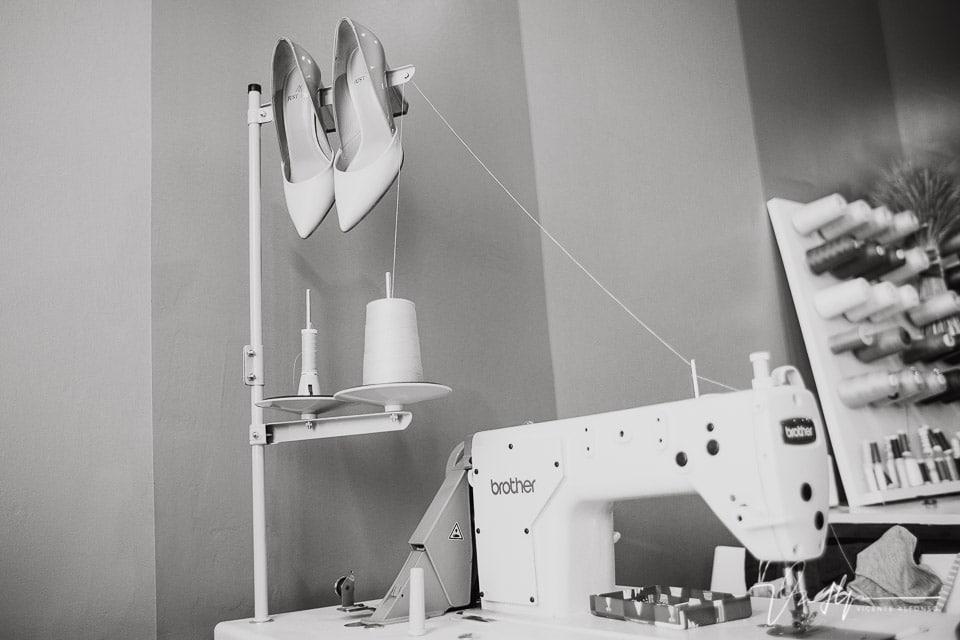 Los zapatos de la novia entre máquinas de coser