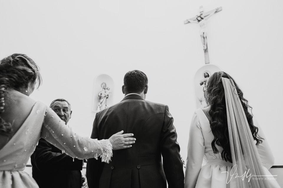La madre de la novia saludando al novio