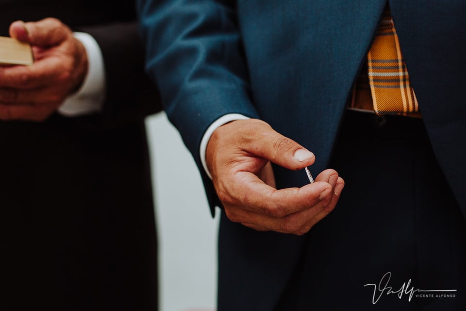 Detalle de la mano sujetando el anillo de boda
