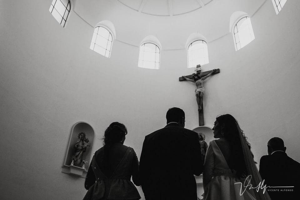 La cruz de Cristo en la ermita de Navalmoral en una boda