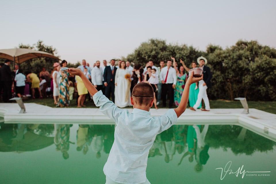 Niño animando a un grupo de familiares en la boda